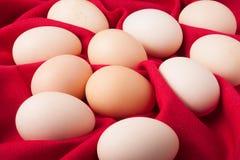 在红色织品的鸡蛋 免版税库存照片