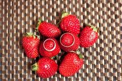 在红色水多的草莓的婚戒 免版税图库摄影