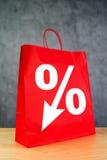 在红色购物袋的折扣率标志 库存照片