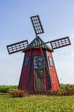 在红色绘的老木风车 免版税图库摄影