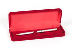 在红色轴箱盖的笔 免版税库存照片