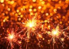 在红色bokeh摘要的闪烁发光物火 抽象空白背景圣诞节黑暗的装饰设计模式红色的星形 免版税库存照片