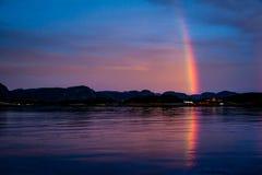 在红色fishermans村庄的彩虹 免版税图库摄影