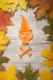 在红萝卜帽子的万圣夜头骨  图库摄影