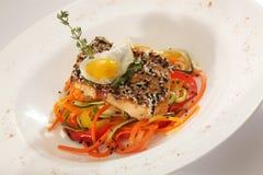 在红萝卜的鱼用鸡蛋 免版税库存图片