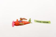在红萝卜飞机的复活节兔子 图库摄影