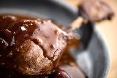 在红葡萄酒樱桃调味汁的烤鸭子腿 库存图片