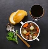 在红葡萄酒的炖牛肉与菜 库存照片