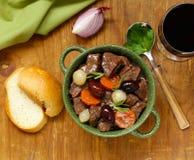 在红葡萄酒的炖牛肉与菜 免版税库存照片
