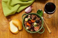 在红葡萄酒的炖牛肉与菜 免版税库存图片