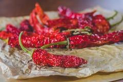 在红辣椒背景的炽热干胡椒,位于制作纸 免版税图库摄影