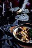 在红酒的被炖的小牛肉面颊,供食用土豆泥 菜单的照片 免版税库存图片