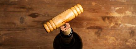 在红酒酒瓶的一个拔塞螺旋 免版税库存图片