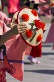 年轻在红颜色的舞蹈家典型的帽子在商展的日本传统游行2015年 免版税库存图片