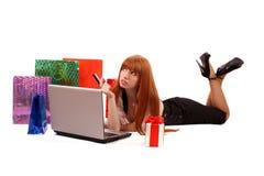 在红头发人购物妇女的互联网 图库摄影