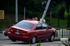在红绿灯的车祸在路交叉点 免版税库存图片