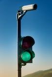 在红绿灯的绿色有安全监控相机的 免版税库存图片