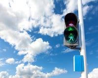 在红绿灯的绿色步行者的 免版税库存照片