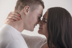 在约会期间的第一个亲吻 免版税库存图片