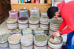 在约旦供以人员卖香料在阿曼上街市市场  免版税库存照片