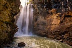 在约翰斯顿峡谷,班夫国家公园,加拿大的瀑布 库存图片