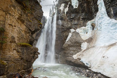 在约翰逊峡谷加拿大的上部瀑布 库存照片