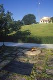 在约翰・肯尼迪,阿灵顿墓地,华盛顿特区,总统坟茔的永恒火焰 肯尼迪,阿灵顿公墓,华盛顿, D C 图库摄影