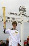 在约翰O'Groats符号,苏格兰的奥林匹克火焰 免版税库存照片