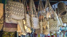 在纪念品店前面的藤条提包在沙马林达,印度尼西亚 免版税库存照片