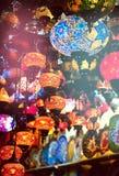 在纪念品店的土耳其灯 库存照片