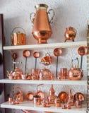 在纪念品店的铜器物 免版税图库摄影