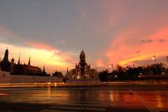 在纪念王朝的微明在曼谷玉佛寺(鲜绿色菩萨的寺庙附近) 库存图片