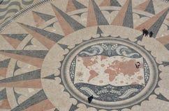 在纪念碑前面的巨大的路面指南针对发现 免版税库存照片