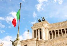 在纪念碑的旗子对胜者伊曼纽尔II 意大利罗马 免版税库存图片