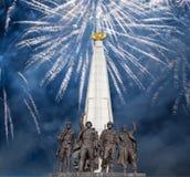 在纪念碑的烟花对反希特勒联合国家,胡同党羽在Poklonnaya小山的,莫斯科胜利公园 免版税库存图片
