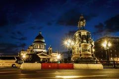 在纪念碑的看法对皇帝尼古拉斯和圣以撒的大教堂a 免版税库存图片