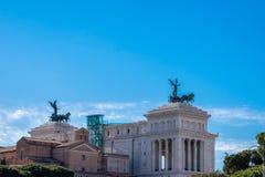 在纪念碑维托里奥・埃曼努埃莱・迪・萨伏伊,阿尔塔雷della帕特里亚,威尼斯广场,罗马意大利顶部的四马二轮战车 免版税图库摄影
