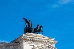 在纪念碑维托里奥・埃曼努埃莱・迪・萨伏伊,阿尔塔雷della帕特里亚,威尼斯广场,罗马意大利顶部的四马二轮战车 免版税库存图片