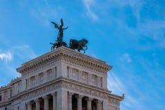 在纪念碑维托里奥・埃曼努埃莱・迪・萨伏伊,阿尔塔雷della帕特里亚,威尼斯广场,罗马意大利顶部的四马二轮战车 免版税库存照片