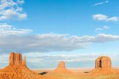 在纪念碑谷剧烈的风景的三座小山 免版税库存图片