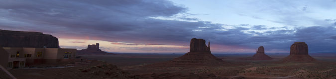 在纪念碑谷的剧烈的日落 免版税库存照片