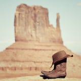 在纪念碑谷的启动和帽子 图库摄影