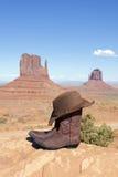 在纪念碑谷的启动和帽子 免版税图库摄影