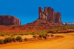 在纪念碑谷的土路 免版税图库摄影