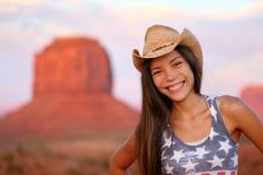 在纪念碑谷的女牛仔妇女愉快的画象 免版税库存照片