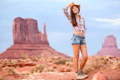 在纪念碑谷的女牛仔妇女游客旅行 免版税库存图片