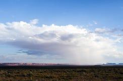在纪念碑谷的暴雨有-从美国Hwy 163,纪念碑谷,犹他的看法 免版税库存照片