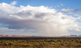 在纪念碑谷的暴雨有-从美国Hwy 163,纪念碑谷,犹他的看法 免版税图库摄影