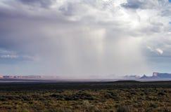在纪念碑谷的暴雨有-从美国Hwy 163,纪念碑谷,犹他的看法 免版税库存图片