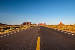 在纪念碑谷的空的风景高速公路 库存照片